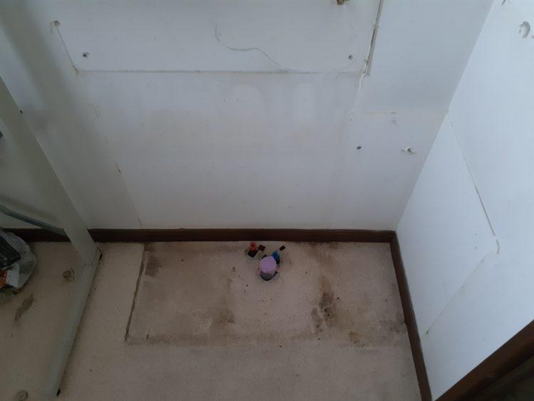 古い洗面台撤去後